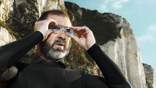 Eric Cantona adjusts his googles