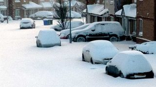 extreme weather: snowbound cars